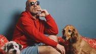 Ο Νίκος Μουτσινάς ποζάρει αγκαλιά με τα σκυλάκια του