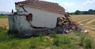 Απίστευτο συμβάν στο Αγρίνιο - Άγνωστος γκρέμισε εκκλησάκι (φωτο)