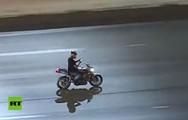 Οδηγός μηχανής ασχολούνταν με το κινητό του, ενώ τον καταδίωκαν (video)