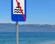 Πατρινοί κάνουν μπάνιο σε νερά που απαγορεύεται το κολύμπι