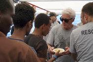 O Richard Gere επισκέφθηκε πλοίο με μετανάστες (φωτο+video)