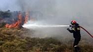 Σε εξέλιξη οι φωτιές σε Ελαφόνησο και Μαραθώνα
