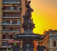 Το σιντριβάνι της Πλατείας Γεωργίου με φόντο το «χρυσό» ηλιοβασίλεμα