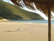 """Γιαννισκάρι - Η παραλία της Αχαΐας που έγινε ο παράδεισος των """"εναλλακτικών"""""""