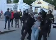 Οργή για βίντεο με αστυνομικό που ρίχνει μπουνιά σε διαδηλώτρια στη Ρωσία