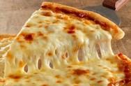 Σπιτική πίτσα με μοτσαρέλα