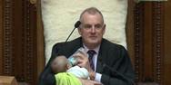 Ο πρόεδρος της Βουλής της Νέας Ζηλανδίας κάνει... babysitting σε μωρό βουλευτή (video)