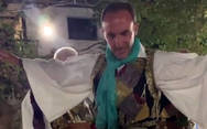 Δυτ. Ελλάδα: Ο Νίκος Αλιάγας ντυμένος φουστανελάς έσυρε τον χορό στο πανηγύρι του χωριού του (video)