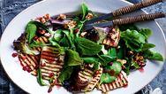 Δροσιστική σαλάτα με μαρούλι και χαλούμι