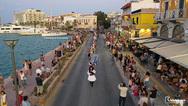 Χίος: Ανθρώπινη «αλυσίδα» με πάνω από 350 χορευτές 'αγκάλιασε' το λιμάνι (pics+video)