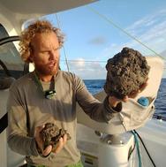 Nησί από ελαφρόπετρα πλέει στον Ειρηνικό Ωκεανό (video)