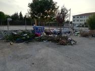 Πάτρα: 'Λόφος' από σκουπίδια, έξω από το γυμνάσιο της Οβρυάς (φωτο)