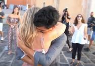 Χανιά: Πρόταση γάμου στο γραφικό λιμάνι μετά μουσικής (video)