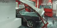 Ληστές «καρφώθηκαν» με αυτοκίνητο σε κατάστημα στη Πέτρου Ράλλη