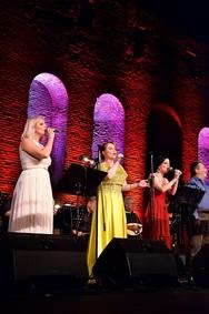 """Πάτρα - Καλλιτέχνες και κοινό έγιναν """"ένα"""" στην συναυλία αφιερωμένη στην Λίνα Νικολακοπούλου (φωτο)"""