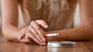 Washington Post: O Μητσοτάκης θέλει να κόψει τον βήχα στους καπνιστές στην Ελλάδα