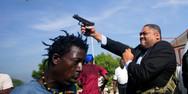 Σοκ με γερουσιαστή στην Αϊτή που βγάζει όπλο και πυροβολεί κατά διαδηλωτών