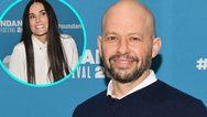 Ο Jon Cryer απαντά στη Demi Moore για την αποκάλυψη ότι πήρε την παρθενιά του!