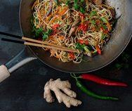 Συνταγή για noodles με κοτόπουλο και γλυκόξινη σάλτσα