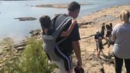 ΗΠΑ: Δάσκαλος μεταφέρει στην πλάτη του ανάπηρη μαθήτρια σε κάθε εκδρομή