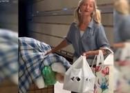 Η άστεγη που μάγεψε με τη φωνή της κι έγινε viral (video)