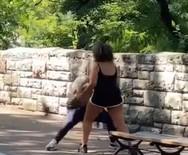 Απίστευτο βίντεο - Παλεύει με το φίλο της για να ξεκλειδώσει το κινητό του με το FaceID