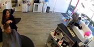 Ελάφι σπάει βιτρίνα και μπουκάρει σε κομμωτήριο της Νέας Υόρκης (video)