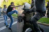 Τι κατέθεσε ο αστυνομικός που δέχθηκε κλωτσιά από διαδηλωτή (video)