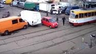 Περαστικοί μετακινούν παρκαρισμένο αυτοκίνητο για να περάσει το τραμ (video)