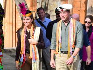 Κέιτ Μίντλετον και πρίγκιπας Γουίλιαμ πήγαν για τσάι σε καλύβα οικογένειας του Πακιστάν