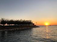 O τέλειος συνδυασμός ήλιου και θάλασσας στο Θεατράκι της Μαρίνας