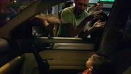 Διαδηλωτές τραγούδησαν το 'Baby Shark' σε αγόρι που τρόμαξε από τα συνθήματα (video)