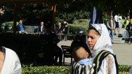 Τρίκαλα: Μητέρα παρέλασε με το μωράκι της αγκαλιά (φωτο)