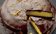 Φτιάξτε σιροπιαστό κέικ πορτοκαλιού με επικάλυψη σοκολάτας