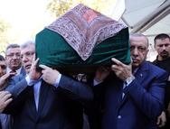 Ο Ερντογάν σήκωσε φέρετρο στους ώμους του