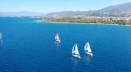 Μικρά ιστιοπλοϊκά σκάφη, αρμενίζουν στον Πατραϊκό (video)