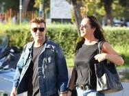 Ο Γιάννης Πλούταρχος βγήκε βόλτα με τη σύζυγό του στη Γλυφάδα