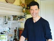 Ο Σάκης Ρουβάς μπήκε στην κουζίνα και μαγείρεψε (φωτο)