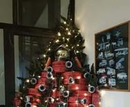 Ένα Χριστουγεννιάτικο δέντρο από... μάνικες πυρόσβεσης (φωτο)