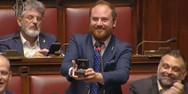 Πρόταση γάμου μέσα στο Κοινοβούλιο της Ιταλίας (video)