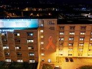 Το Πανεπιστημιακό Νοσοκομείο της Πάτρας φωταγωγήθηκε για τη μάχη κατά του AIDS (pics)