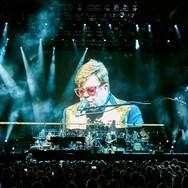 Elton John - Έχασε την ψυχραιμία του όταν έδιωξαν μια γυναίκα από τη συναυλία του