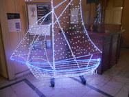 Αντί για έλατο 'βγήκε' και φέτος το φωτεινό καραβάκι στο δημαρχείο της Πάτρας!
