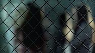 ΗΠΑ: Έγδυσαν και έψαξαν 8χρονο κορίτσι για να δει τον φυλακισμένο πατέρα της