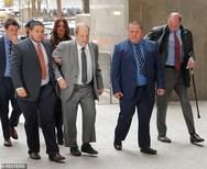 Harvey Weinstein - Αδυνατισμένος και σχεδόν ανήμπορος εμφανίστηκε στο δικαστήριο (φωτο)