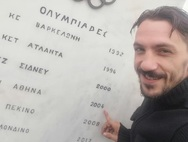 Όταν ο Πατρινός Μάριος Καπερώνης βραβεύτηκε για το 2004 στην πόλη του Λεωνίδα