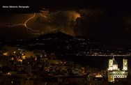 Μοναδική φωτογραφία από τους κεραυνούς στην Τήνο!