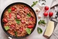 Συνταγή για σπαγγετίνι με λιαστή ντομάτα, πεκορίνο και βασιλικό