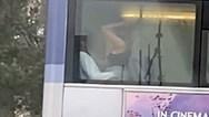 Ασυγκράτητο ζευγάρι έκανε σεξ μέσα σε λεωφορείο (φωτο+video)