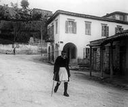 Ένας γέροντας φουστανελοφόρος, στην οδό Αγίου Νικολάου της Πάτρας!